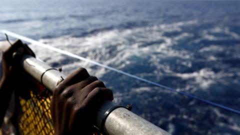 Migranti: un Mediterraneo tinto di rosso