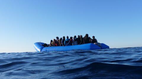 Il Covid blocca l'economia, ma non i migranti